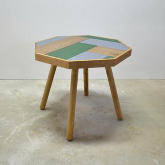 Aštuonkampis kavos staliukas.  Staliuko medžiagiškumas, spalvingumas derintas prie esamo namų interjero. Stalviršis pagamintas naudojant ąžuolinių grindinių lentų likučius.