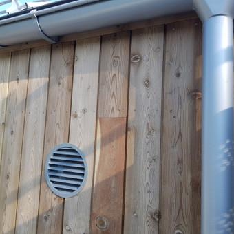 Lauko oro grotelės puikiai tinka prie stogo ir lietvamzdžio.