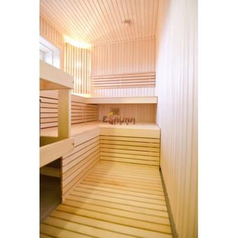 Pirtis Lelių km. Sienos ir gultai iš aukščiausios rūšies liepos medienos. Harvia Modern 8kw krosnelė. Apšvietimas – Harvia šviestuvais. Stiklinės durys, drebulės stakta.
