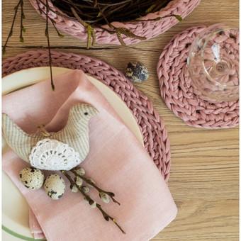 """Velykiniam stalui- nerti padėkliukai, dekoracija """"paukštelis"""" su žolelėmis, lininė servetėlė."""