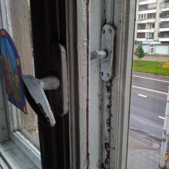 Stalinistinio namo lango remonto darbai.