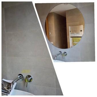 Veidrodžio priklijavimas prie keraminių plytelių. Veidrodžius galima ir prisukti prie sienos su spec. laikikliais. Viskas priklauso nuo idėjos, dizainerio ir vizualinių sprendimų.