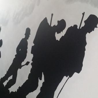 Kareiviai ant sienos interjere.