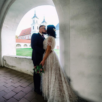 Vientiesa suknelė,pagrindas nude spalvos,virsus siuvinetas nerinio audinys,plazdančios rankovytes,šleifas.