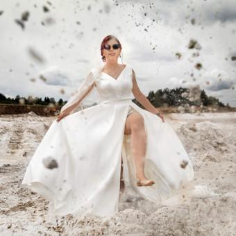 Vestuvinė suknelė ,pieno baltumo spalvos,dveju dalių :bodis ir sijonas.