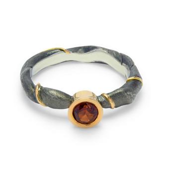 Juodinto sidabro žiedas puoštas auksu ir granatu