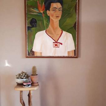 Mokinėss nutapytas Fridos portretas. Drobė, aliejus. 90x70cm. 2020m. (interjere).