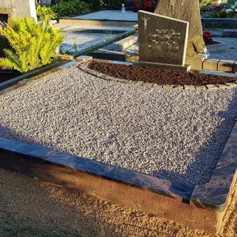 Kapavietės dekoravimas skalda, gėlyno atskyrimas plastikiniais vejos bortais, apželdinimas.