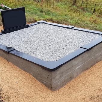 Kapavietės projekto įrengimas, paminklo bei granito bortelių montavimas, dekoravimas skalda.