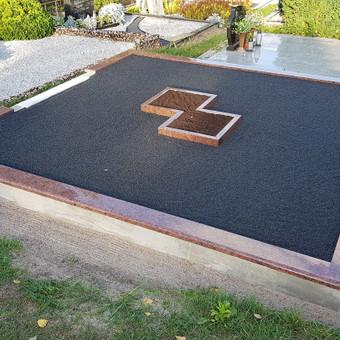 Kapavietės projekto įrengimas, granito bortelių montavimas, dekoravimas skalda.