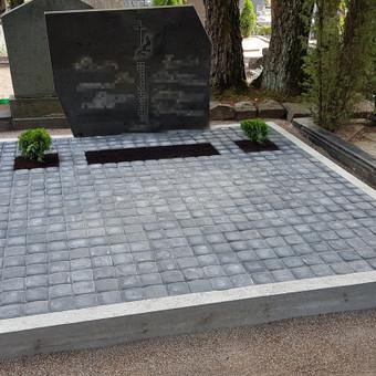 Trinkelių klojimas ant žvyro/acijų arba ant betono pagrindo.