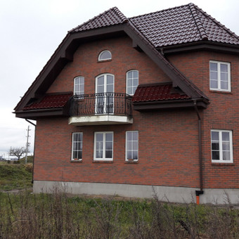 Užengiame gyvenamojo namo čerpinį stogą Klaipėdos rajone.