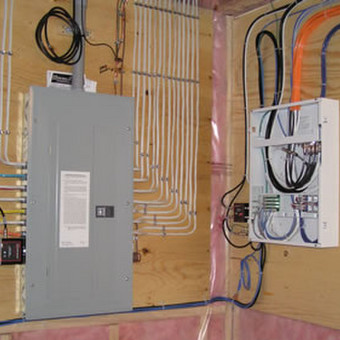 Tvarkome perdarome esamą elektros instaliaciją, įregiame naują elektros instaliaciją