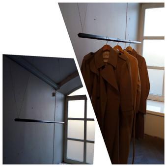Papildomos pakabos / skersinio montavimas  ant trosų moteriškų drabužių parduotuvėje, senamiestyje. Tvirtinimo konceptas V formos.