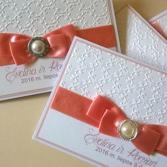Vestuvinis kvietimas. Formatas apie 17x19 cm. Reljefinis popierius, dekoratyvus akcentas