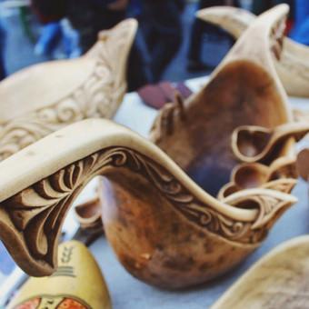 Bratina - Senovinis indas, (XVI-XIX a.) atkeliavęs iš slavų tautų. Šis laivą primenantis dubuo buvo vadinamas šeimos indu, nes iš šio, švenčių proga, karštą vyną, midų ir kitus gėrim ...