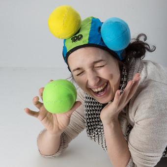 Ypatingai linksma stebėti ir dalyvauti pramoga. Vienas žaidėjas užsideda lipnią kepurę, o kitas taikosi trimis spalvotais kamuoliukais, mesdamas juos taip, kad pastarieji prisilipdytų prie lip ...