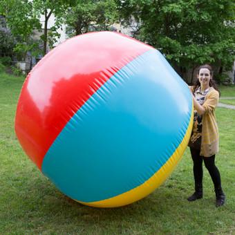 Šią vasarą siūlome suburti didelę draugų/kolegų komandą ir pažaisti su milžinišku pliažo kamuoliu. Dviejų metrų aukščio XXL kamuolys pripučiamas kompresoriumi ir per kelias minutes j ...