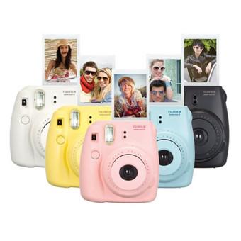 """Nuomojame momentinį fotoaparatą. Kompaktiškas """"Fujifilm"""" fotoaparatas baltos spalvos papuoš šventę tiek kaip retro veiksmo įranga, tiek ir kaip dekoracija.  Nuotraukos 4x6 cm.   Arsenalas:  ..."""