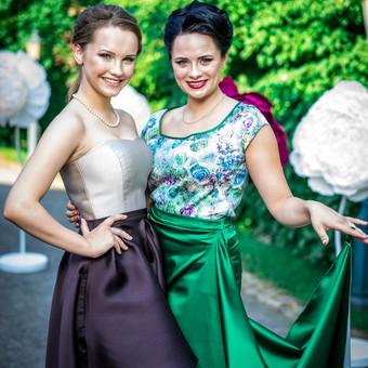 Dvi nuostabios merginos papuoštos mano siūtais derinukais :)  Kairėje (korsetas ir sijonas su klostėmis) Dešinėje ( palaidinė ir sijonas)