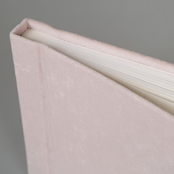 Aukštos kokybės albumas/ linkėjimų knyga Jūsų dekoravimui.  Rišti rankomis nuotraukų albumai - linkėjimų, svečių knygos. Šie albumai gali būti dekoruojami įvairiais karoliukais, juos ...