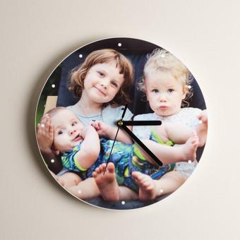 Kabinamas ant sienos laikrodis gaminamas pagal individualų užsakymą. Aukštos kokybės spauda tiesiai ant plastiko plokštės.