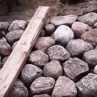 darbai  akmens riedulio klojimas
