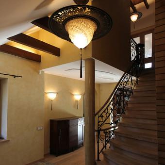 Modernios klasikos namai: interjeras, jungiantis vakarų europos tradicijas su rytietiškais motyvais.