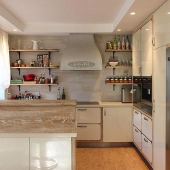 Autoriniai baldai: tobula eklektiška virtuvė.