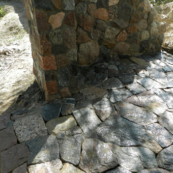 grindinys iš skaldyto akmens
