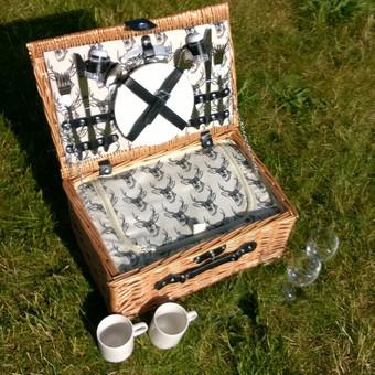 """Pikniko, iškylos pintinės """"dviems"""" nuoma, komplekte yra pasitiesimas ant žolės ir balta staltiesė. Nuomos kaina 14 €"""