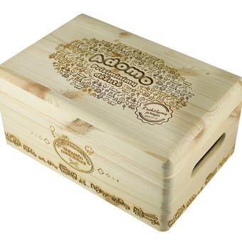 Natūralaus medžio dekoruota dėžutė.