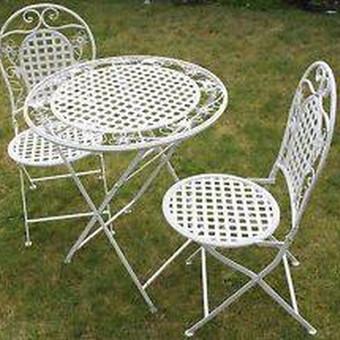 Metalinis baltas baldų komplektėlis fotosesijoms. Staliukas + 2 kėdės, nuomos kaina 25 €