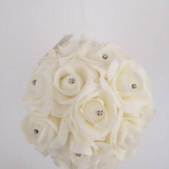 Didelis dirbtinių šampano spalvos rožių kamuolys - pomanderis. Diametras 20 cm, nuomos kaina  - 4€