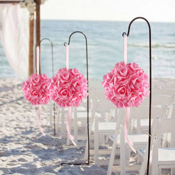 Dirbtinių rožių kamuolys - pomanderis, diametras - 15 cm, turime rožinės, žydros, raudonos ir violetinės spalvas. Nuomos kaina - 2€