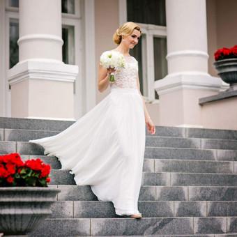 Pieno baltumo,ilga vestuvine suknele.Komplektas dveju daliu bidis ir sijonas.Bodis siuvinetas nerinio aplikacijomis sukuriant vieninteli nepakartojama rasta. Sijonas susideda is pagrindo ir dveju sluoksniu sifono,plazdantis su sleifu.