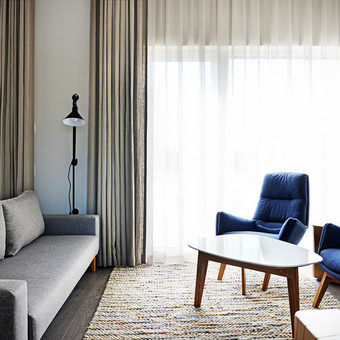Skandinaviško stiliaus interjeras. Šviesus koloritas ir keli ryškūs akcentai.