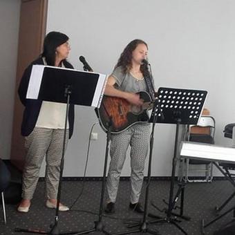 Dainavimas ir grojimas su grupe