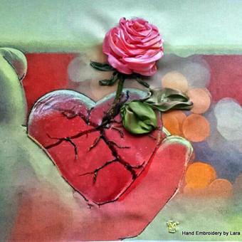 Dovanu idejos tevams, vyrams gimtadienio proga. Ant printo siuvinetas juosrelemis remintas paveikslas. Ranku siuvinejimas Tikslus siuvinėjimo ir jo tonavimo pakartojimas yra neįmanomas, kiekvienas išsiuvinėtas paveikslas yra vienintelis.   Roze ir sirdys.