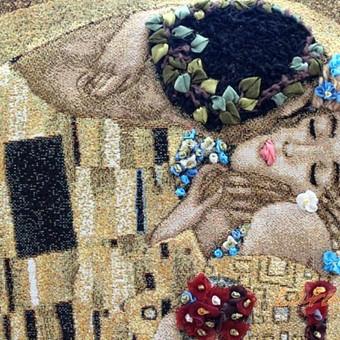 Gustavas Klimtas Bucinys. Sieninis paveikslas gobelenas. Reminta reprodukcija, siuvinėta juostėlemis ir siūlais ant gobeleno. Ranku siuvinejimas Tikslus siuvinėjimo ir jo tonavimo pakartojimas y ...