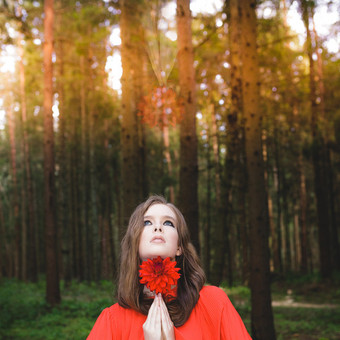 Mergina miške raudona suknele (asmeninė fotosesija)