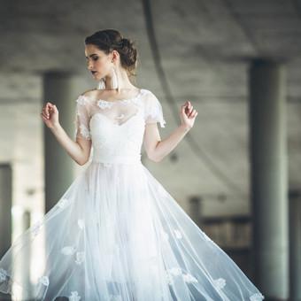 Ji apsivilkusi dailią ir subtilią, nepriekaištingo baltumo suknelę, priverčia sustingti kiekvieno žvilgsnį. Kerinti ir rami lengvu žingsliu lėtai žengia į priekį, atversti kito savo gyven ...
