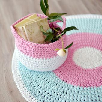 Rankų darbo komplektas: kilimas (~1 m.) ir daiktkrepšis, nerti iš trikotažinių siūų. Dydžių ir spalvų pasirinkimas.