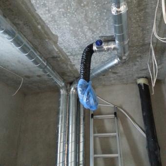 Būsimoje vonioje padarytas oro ištraukimas, siekiant pašalinti drėgmę, kuri atsiranda besimaudant, taip užkertant kelia pelėsiui