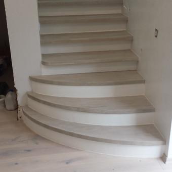 apmedinti ažuolo plokštėm laiptai