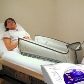 """Presoterapija (dar vadinama limfodrenažiniu masažu ar kompresine terapija) – tai procedūra kompresinės terapijos aparatu, kuris sudarydamas vibruojančio slėgio bangas, suaktyvina bendrą limfos apytaką norimoje srityje (paprastai kojų ir pilvo) ir tiesiogine prasme išstumia limfą iš periferijos į stambiąsias limfagysles ir kraujagysles. Taip yra koreguojamos kūno formos, mažinamas celiulitas, pašalinamas kojų tinimas, gerinama kraujotaka.  Presoterapija, derinama su įvairiais įvyniojimais, gerina produktų medžiagų įsisavinimą, pagreitina rezultatą. Po ilgos darbo dienos presoterapija puikiai atpalaiduoja pavargusias kojas ir suteikia """"lengvų kojų"""" pojūtį.  Procedūra  maloni ir neskausminga. Rezultatai matomi ir jaučiami jau po pirmosios procedūros: sumažėja apimtys, oda tampa tolygesnė ir stangresnė.      Plačiau: https://www.facebook.com/notes/kosmetolog%C4%97-ingrida/tikslas-lengvos-kojos/588538907973870"""
