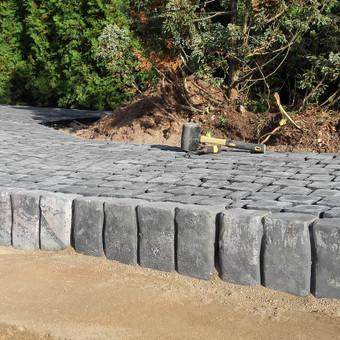 Akmeninis kilimas.Granito trinkelių klojimas
