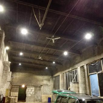 Cecho apšvietimas ir lubiniai (šilto oro sodinimo) ventiliatoriai.