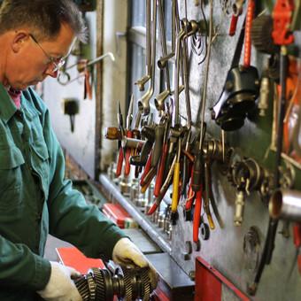 Mechaninių greičių dėžių, sankabų, reduktorių meistras Ričardas Bartusevičius specializuojasi šioje srityje nuo 1992 m.