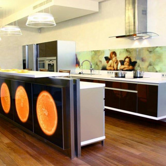 Stiklų dekoravimas. Virtuvės stiklas virš darbastalio ir baras. Konstitucijos pr. Vilnius